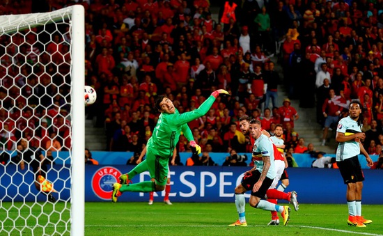 VIDEO EURO 2016: Đánh đầu lái bóng tuyệt đẹp, Sam Vokes nhân đôi cách biệt cho Xứ Wales