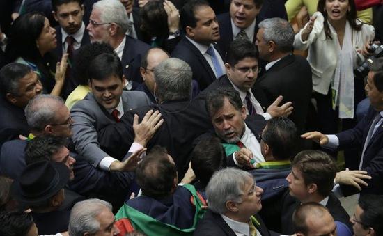Brazil: Phiên luận tội bà Dilma Roussef bị ngừng vì la ó