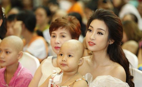 Hoa hậu Đỗ Mỹ Linh dịu dàng vui Tết Trung thu với bệnh nhi