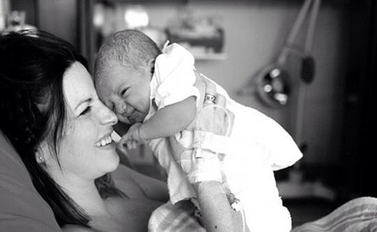 Bộ ảnh ấn tượng ghi lại cảm xúc của cha mẹ khi đứa con chào đời