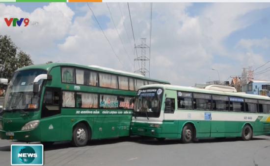 TP.HCM: Xe bus và xe khách va chạm, giao thông ùn ứ