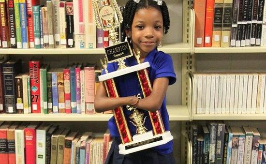 Mỹ: Cô bé không có bàn tay giành giải viết chữ đẹp toàn quốc