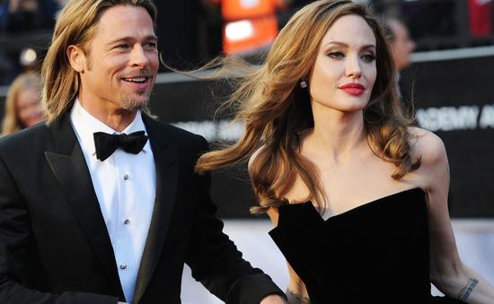 """Jennifer Aniston: Brad Pitt – Angelina Jolie chia tay là """"nghiệp chướng"""""""
