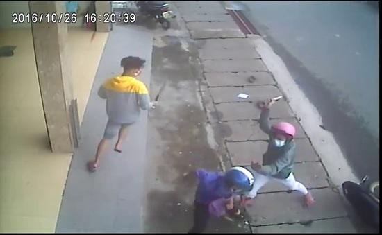 Đồng Nai: 3 thanh niên vác dao chém người giữa phố