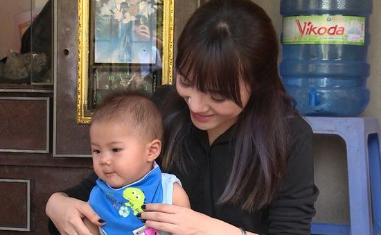 Cặp lá yêu thương: Ca sĩ Nhật Thủy mua quà tặng trẻ em nghèo tỉnh Khánh Hòa