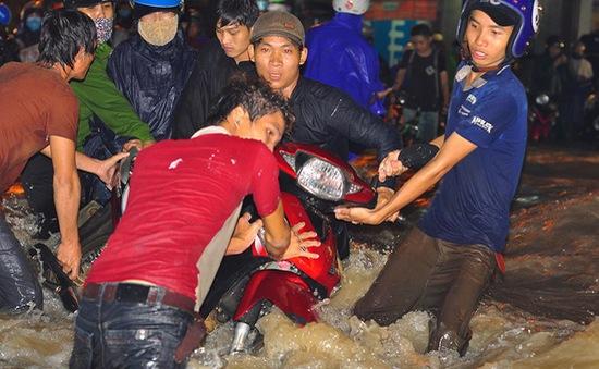 Mưa ngập cuốn trôi xe máy ở Đồng Nai