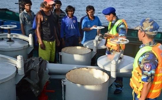 Bắt quả tang 3 tàu sang mạn trái phép dầu trên biển