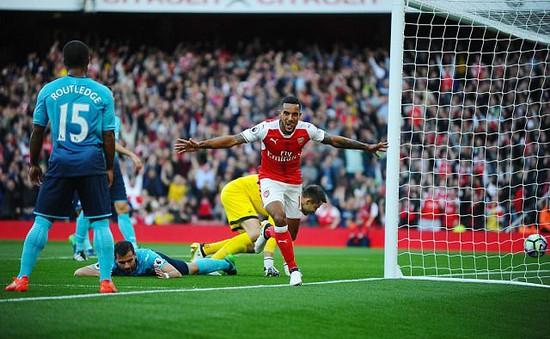 VIDEO, Arsenal 3-2 Swansea: Walcott lập cú đúp, Xhaka bị đuổi