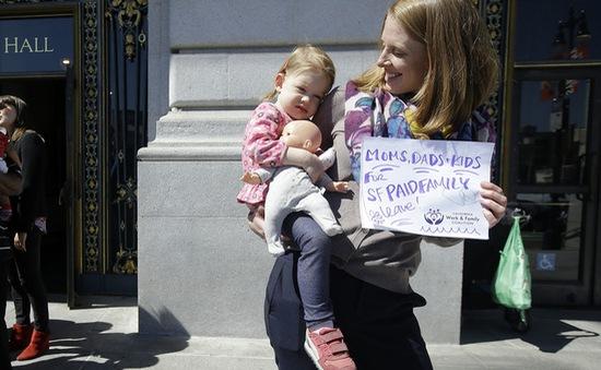 Mỹ lần đầu tiên trả nguyên lương cho người nghỉ thai sản
