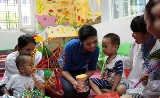 HH Ngọc Hân và Á hậu Tú Anh chung vui Trung thu với các em nhỏ