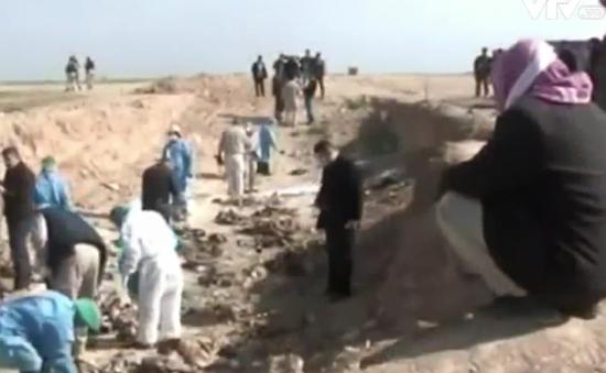 Phát hiện 72 ngôi mộ tập thể chôn hàng nghìn nạn nhân bị IS sát hại