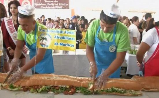 Thưởng thức chiếc bánh kẹp dài nhất khu vực Mỹ-Latin