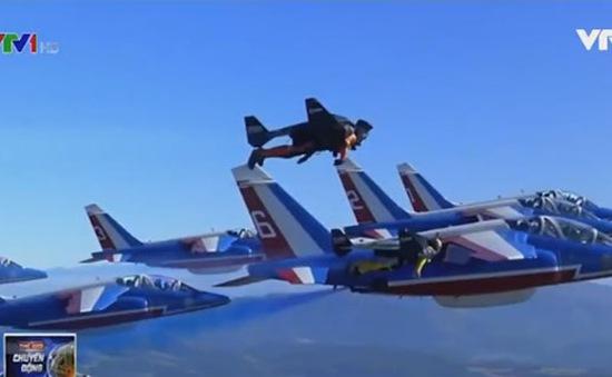 """Cuộc đua cùng máy bay của """"người bay phản lực"""" Yves Rossy"""