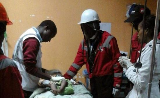 Kenya: Cứu sống bé gái 6 tháng tuổi sau 4 ngày kẹt trong đống đổ nát