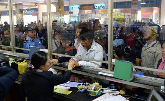 Xếp hàng mua vé xe Tết không được, nhiều người dân bỏ cuộc