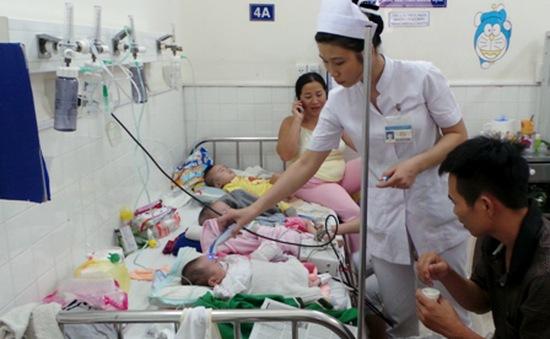Bệnh hô hấp bước vào đỉnh dịch, 13 trẻ chung 1 giường