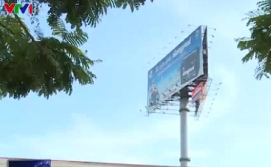 Hà Nội tháo gỡ biển quảng cáo uy hiếp an toàn bay