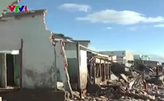 Hàng chục nhà dân đổ sập do biển xâm thực ở Bình Thuận
