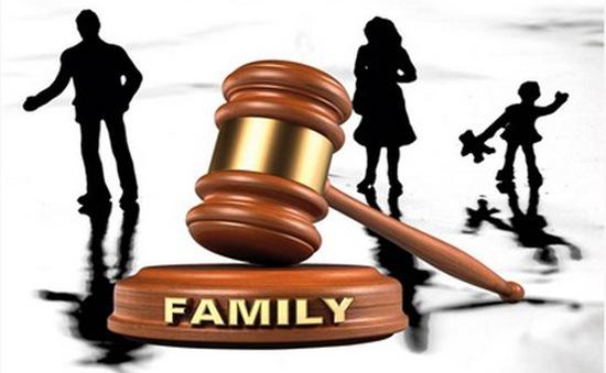 Bố mẹ kiện con gái vì... không chịu sống tự lập