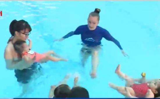 """""""Bơi sinh tồn"""" - Lớp học gắn kết mẹ và bé"""