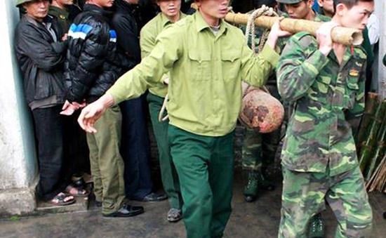 Lo sợ sau vụ nổ ở Hà Đông, chủ vựa phế liệu nộp 3 quả bom