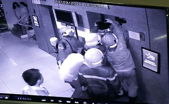 16 người kẹt trong thang máy chung cư, bốn nạn nhân ngất xỉu