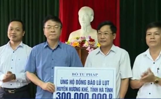Đoàn công tác của Bộ Tư pháp tặng quà cho nhân dân vùng lũ