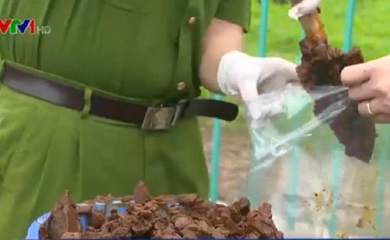 Lấy mẫu xét nghiệm điều tra vụ đổ trộm bùn thải tại Hà Nội