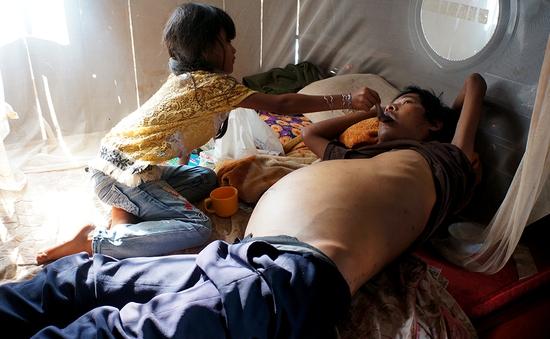Mẹ chết, cha bệnh hiểm nghèo, bé 8 tuổi mơ ước được cùng cha ăn một miếng thịt