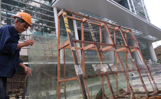 Giá kính xây dựng tăng bất thường do thiếu hụt nguồn cung