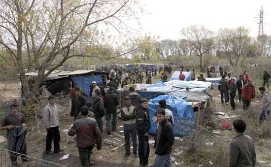 Pháp bắt đầu phá dỡ một phần trại tạm cư Calais