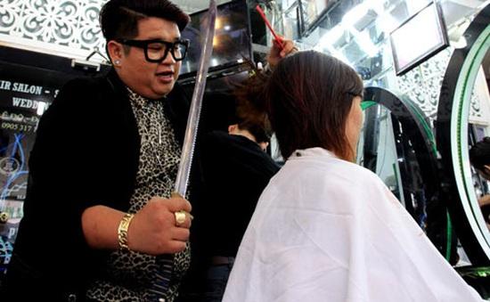 Thót tim với trải nghiệm cắt tóc bằng kiếm Nhật