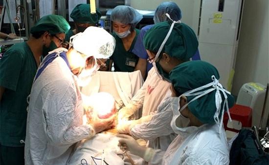 Cắt thành công 2 khối u sau màng bụng lớn nhất từ trước đến nay