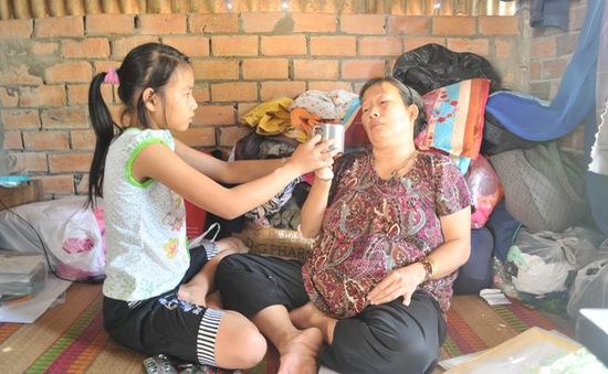 Cha bỏ đi trong cảnh mẹ bệnh hiểm nghèo, 3 đứa trẻ sống trong cùng cực