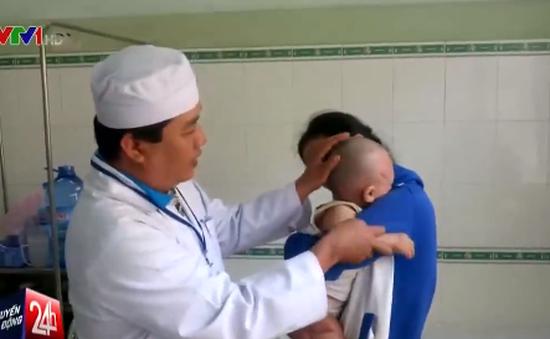 Cứu sống em bé 14 tháng tuổi bị tuốc nơ vít đâm vào đầu
