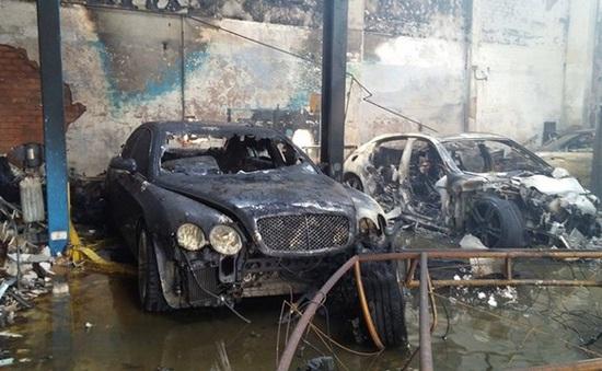 """Hiện trường sau vụ cháy gara ô tô ở TP.HCM, 10 """"xế hộp"""" bị thiêu rụi"""