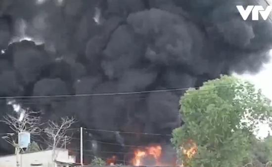 Cháy dữ dội kho phế liệu tại Đồng Nai