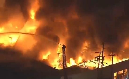 Cháy lớn tòa nhà thương mại tại Los Angeles, Mỹ