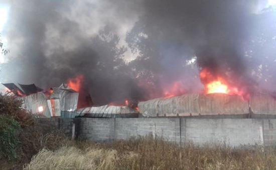 Bình Dương: Xưởng nệm mút rộng hàng nghìn m2 bị lửa thiêu rụi