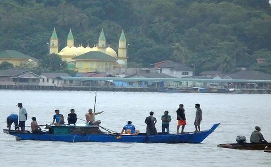 Chìm tàu do biển động ngoài khơi Indonesia, 10 người thiệt mạng