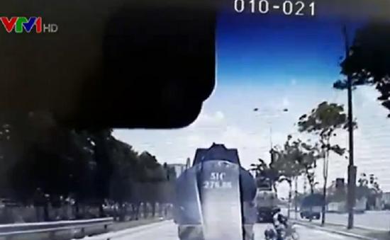 Xe máy lấn làn ô tô tự gây tai nạn