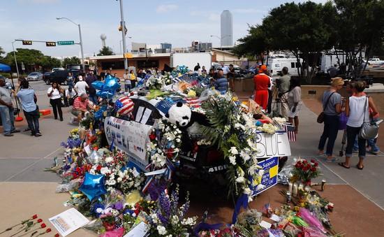 Mỹ: Xe cảnh sát trở thành đài tưởng niệm sau vụ xả súng Dallas