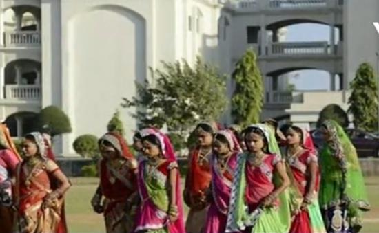 Ấn Độ: Đám cưới tập thể của hàng trăm cô dâu mồ côi cha