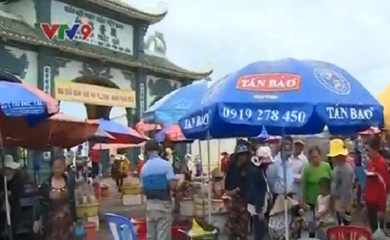 Bạc Liêu: Hàng quán lộn xộn trước cổng chùa Quan Âm Phật Đài