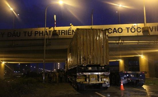 Container mắc kẹt dưới cầu vượt đường cao tốc