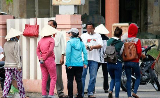 """Bất lực trong quản lý """"cò"""" vé chợ đen ở ga Sài Gòn?"""