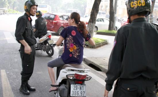 Cảnh sát cơ động Hà Nội ra quân toàn bộ trong ngày đầu phạt không đội mũ bảo hiểm