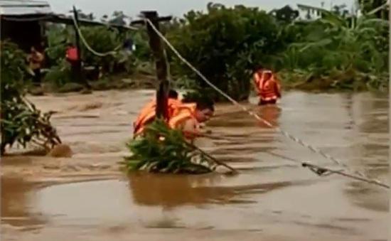 Phú Yên cứu 6 công nhân bị mắc kẹt giữa sông