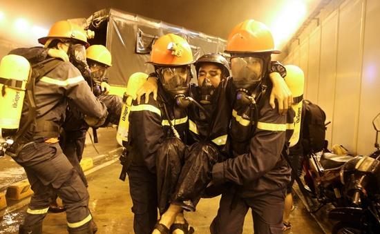Hàng trăm người diễn tập cháy nổ trong đêm ở hầm sông Sài Gòn (TP.HCM)