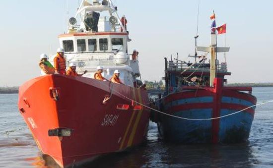 Cứu nạn thành công 19 thuyền viên tàu cá NA 90000TS